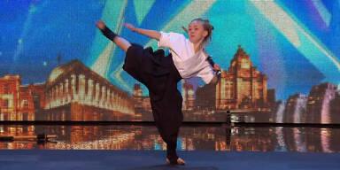 9-jährige Karate-Kämpferin begeistert