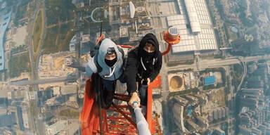 Kletterer wagen sich auf 660 Meter Turm