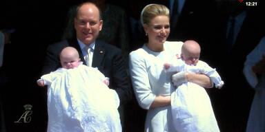 Getaufte Zwillinge werden präsentiert