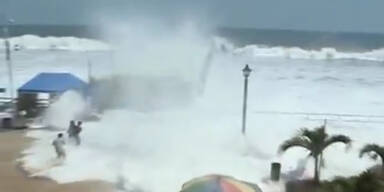 Gefährliche Monster-Wellen in El Salvador
