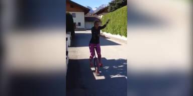 Michi Kirchgasser fährt Einrad