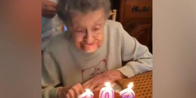Oma verliert beim Kerzen ausblasen ihre Zähne
