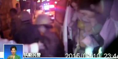 51 Chinesen fahren mit Mini-Bus