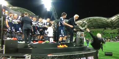 Fußballboss fällt bei Pokalübergabe vom Podium