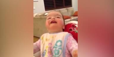 Baby begeistert von eigener Schnute