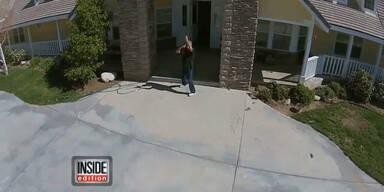 Mann schießt mit Gewehr auf Drohne