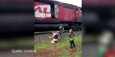 Jugendliche werden von Zug überrollt
