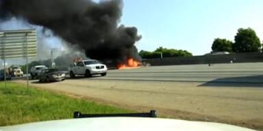 Hier stürzt ein Flugzeug auf den Highway