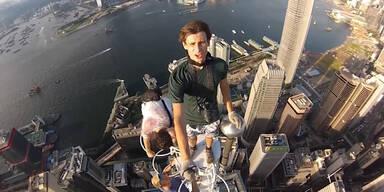 Teenager spazieren auf Wolkenkratzer