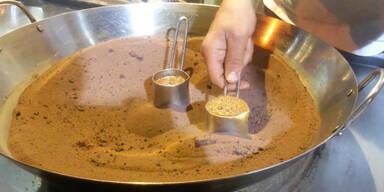 Kaffee im heißen Sand gekocht