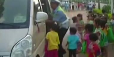 Minibusse mit 60 Schülern gestoppt
