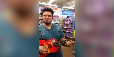 Rock 'n' Roll auf Spielzeug-Gitarre