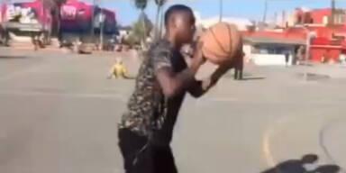 David Alaba beim Basketballspielen