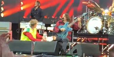 Dave Grohl singt mit Beinbruch HERO
