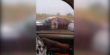 Cop bleibt in Fenster hängen