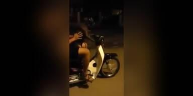 Mann lässt Hund Moped lenken