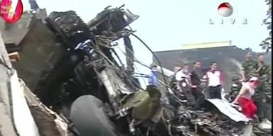 Militärflugzeug stürzt in Wohngebiet