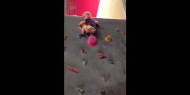 Kleinkind als kühne Kletterin