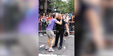 Cop tanzt mit Mann auf Gay Pride Parade