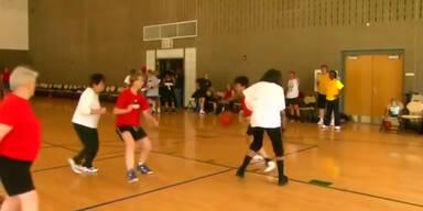Großmütter zeigen Basketball Talent
