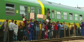 Flüchtlinge hängen in Zug nahe Budapest fest