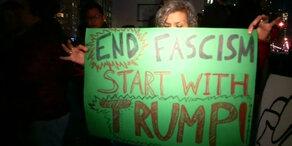 Trump von Demonstranten belagert