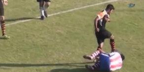 Fußballer kickt Gegenspieler ins Gesicht