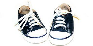 Kinderfüße stecken in zu kleinen Schuhen