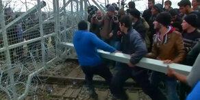 Flüchtlinge stürmen Grenze