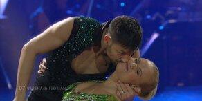 """Verena Scheitz und Florian Gschaider tanzen zu """"Kiss Kiss"""""""