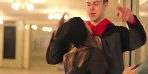 Welcher Unbekannte küsst sie in New York?