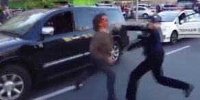 Sieben Polizisten bändigen Wrestler