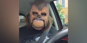 Diese Frau liebt ihre Chewbacca Maske
