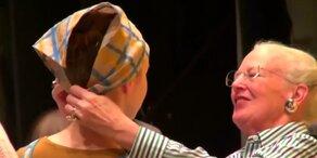 Dänische Königin zieht Aschenputtel an