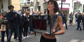 Künstlerin lässt sich auf ihre Brüste fassen