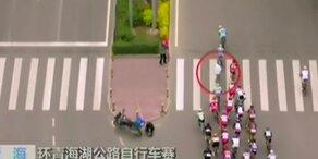 Bei Radrennen: Fußgänger verursacht Massensturz