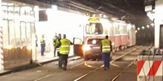 Auto parkte in Straßenbahntunnel: Öffi-Chaos in Wien
