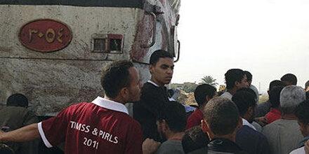 Zug prallte mit Bus zusammen - Über 40 Kinder getötet