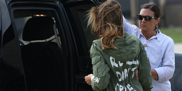 Melania tröstet Kinder mit Schock-Jacke