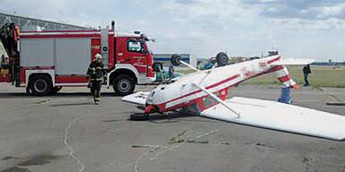 Wind erfasste Flugzeug und warf es aufs Dach