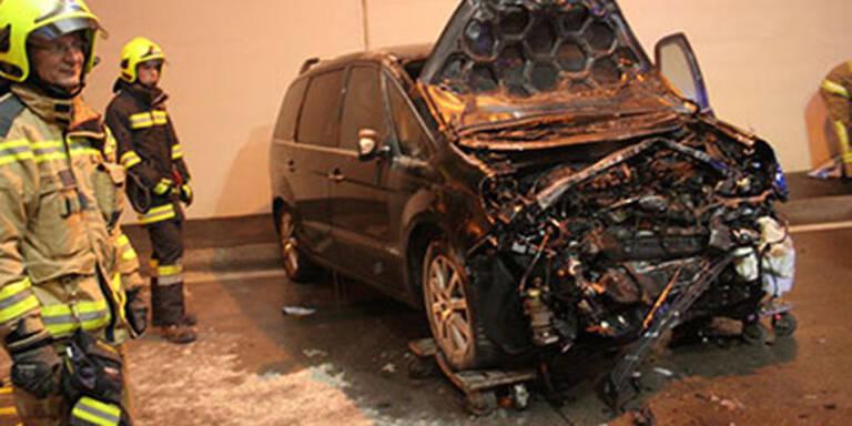 Feuerwehr befreit Mann aus brennenden Auto