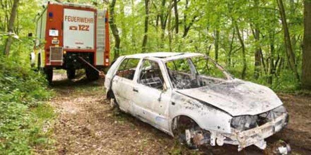 Unfall-Lenker fackelt Auto im Wald ab
