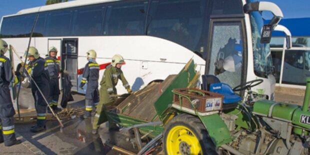 Traktor von Linienbus gerammt