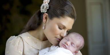 Schöne Prinzessin Victoria im Mutterglück