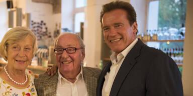 Arnold Schwarzenegger mit Ziehvater Alfred Gerstl