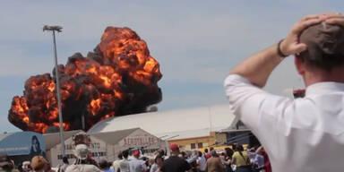 Explosion: Flugzeug stürzt bei Flugshow ab