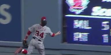 Baseball-Star rennt gegen die Wand