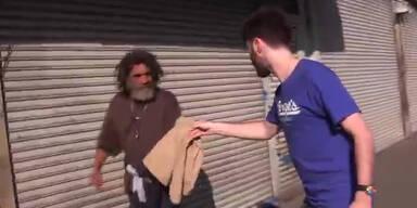 Mann verschenkt A&F Gewand an Obdachlose