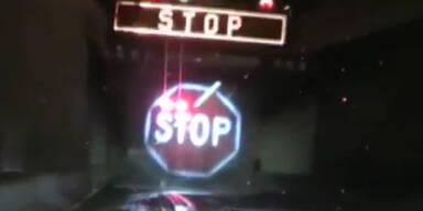 Riesen Stopp-Schild bremst LKWs