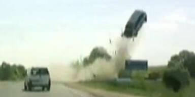 Unfall: Auto wird durch die Luft geschleudert